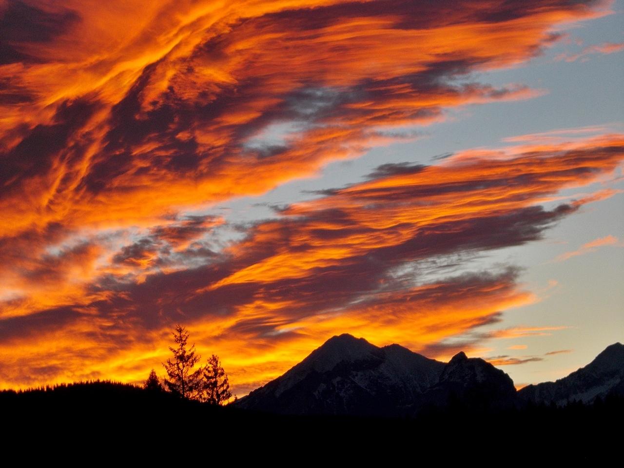 Płoną góry,płoną lasy,po zdzierałam dziś obcasy..:)) Idę sobie spać,jutro trzeba rano wstać,by u Smoka wysprzątać.:))Miłych snuff,jutro wtorek,więc uśmiechu pełen worek życzę.:))