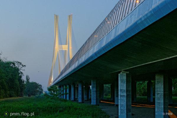 http://s23.flog.pl/media/foto_middle/11982458_autostrada-a8-aow-most-redzinski.jpg