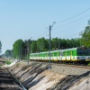 EN57-1913 :: Dziewiętnastka, jako poci<br />ąg KM linii R8, jadąc tor<br />em niewłaściwym dojeżdża <br />do semafora wjazdo