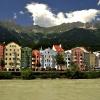 Innsbruck ::   Na pierwszym planie rze<br />ka Inn. Na ostatnim pasmo<br /> Nordkette (2300m. npm). <br />A w centrum jedna z ulicz