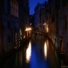 Kanały w Wenecji :: Kanały w Wenecji Widok na kanał w Wenecji nocą w dzielnicy Rialto
