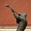 Dmuchacz :: Rzeźba stoi przed byłą hu<br />tą szkła.